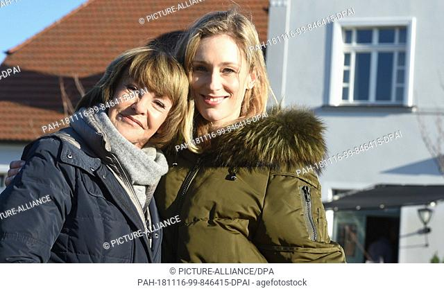 16 November 2018, Mecklenburg-Western Pomerania, Groß Toitin: Actress Katrin Sass (l) as Karin Lossow and her partner Rikke Lylloff as Commissioner Ellen...