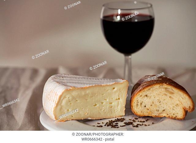 Camembert und einem Glas Wein