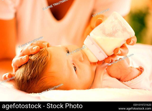 Mutter füttert ihr Baby