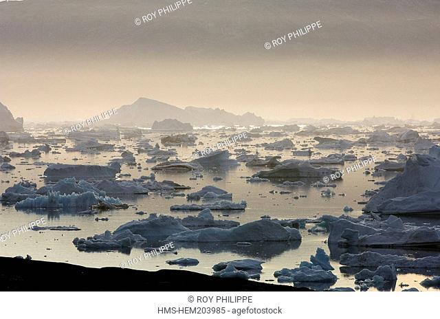 Greenland, East coast, Angmassalik Region, Sermilik fjord, Tiniteqilaaq, Inuit village, icebergs in the fjord