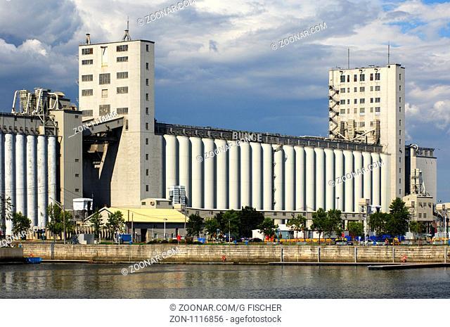 Getreidesilo der Firma Bunge im Hafen von Quebec City, Kanada / Grain silos of the grain merchant company Bunge in the port of Quebec City, Canada