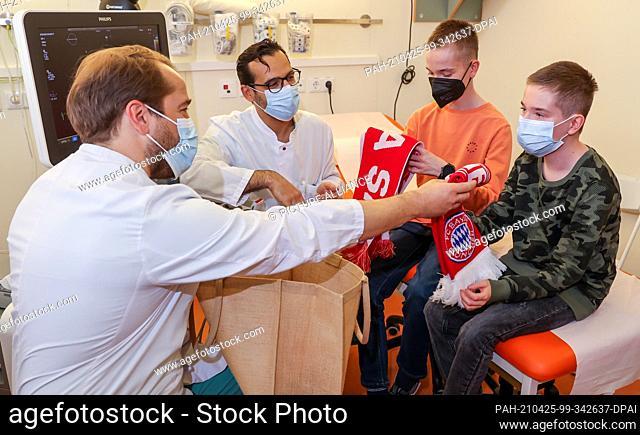 22 April 2021, Saxony, Leipzig: Diyar Saeed (m), head of the heart transplant programme, and Marcel Vollroth (l), senior physician paediatric cardiac surgery