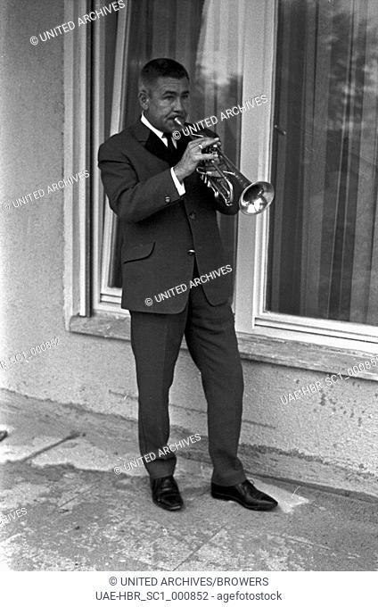 Der deutsche Trompeter und Komponist Roy Etzel, Deutschland 1960er Jahre. German trumpeter and composer Roy Etzel, Germany 1960s. 24x36Neg194