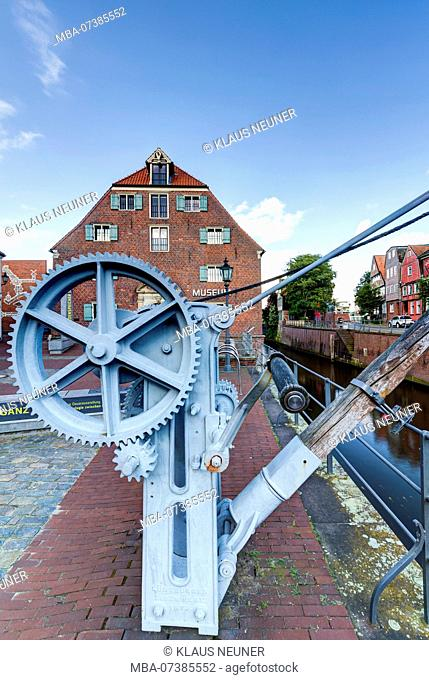 Museum Schwedenspeicher, old crane, Hanse harbour, Stade, Altes Land, Niederelbe, Lower Saxony, Northern Germany, Germany, Europe