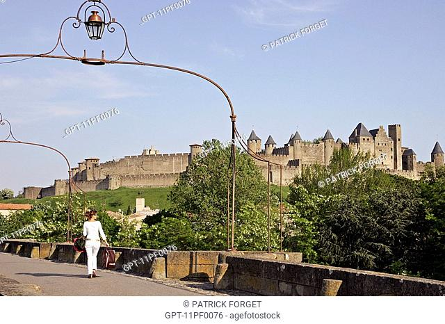 THE WALLS AND TOWERS OF THE MEDIEVAL CITY OF CARCASSONNE, SEEN FROM THE OLD BRIDGE, AUDE 11, FRANCE
