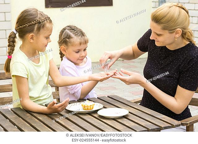Mother pours into the handle daughters confectionery Powder for cupcakes