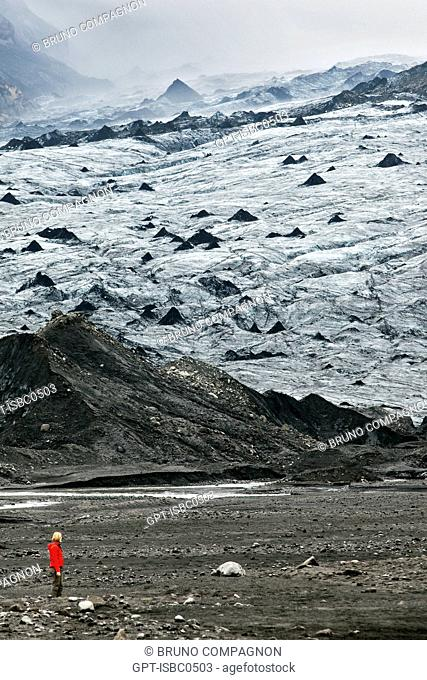 HIKER ON THE MYRDALSJOKULL, THE COUNTRY'S FOURTH BIGGEST GLACIER, SOUTHERN COAST OF ICELAND, EUROPE