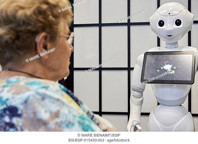 Reportage in the U1208 Lab at Inserm, which studies cognitive sciences and robot-human communication. The team works with two robots