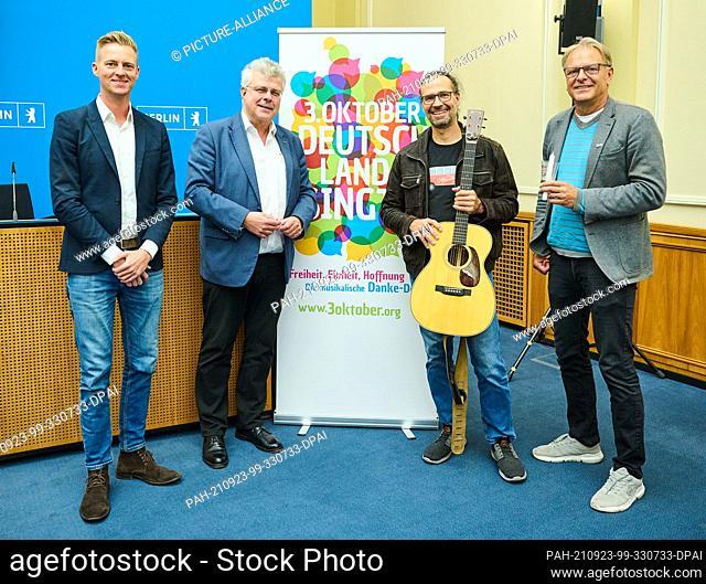 23 September 2021, Berlin: Stefan Donath (l-r), Managing Director of the Bundesmusikverband Chor & Orchester e.V. (BMCO), Christian Höppner