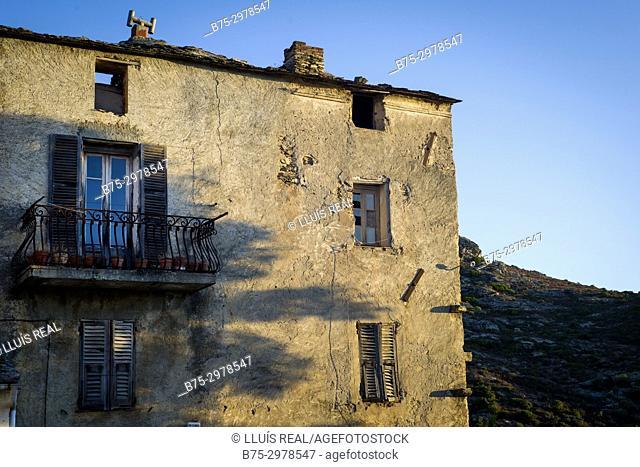 achada de una casa tipica de pueblo al atardecer, Santo-Pietro-di-Tenda, Cosega, France