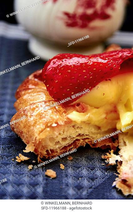Sliced strawberry tartlet with vanilla cream