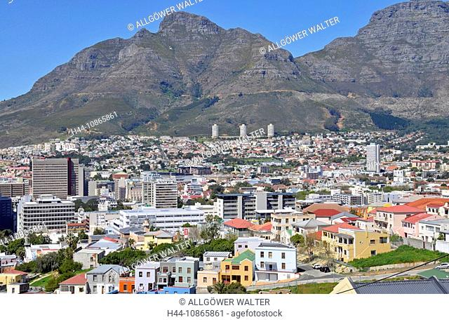 Blick von Bo-Kaap auf die moderne Innenstadt von Kapstadt, dahinter der Devil's Peak, Südafrika, Afrika