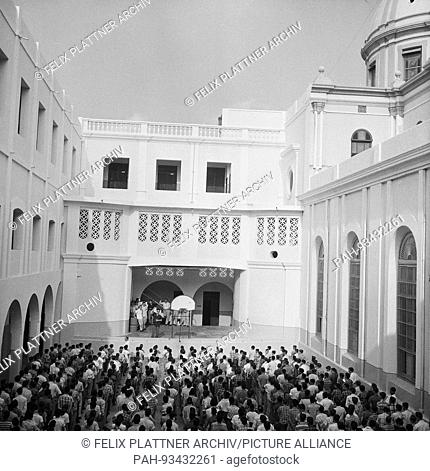 First courtyard with student collection, Barranquilla (Atlantico), Colombia, 1958. | usage worldwide. - Barranquilla (Atlántico)/Colombia