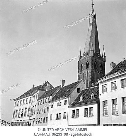 Der Turm der katholischen Kirche St. Lambertus über den Dächer der Altstadt in Düsseldorf, Deutschland 1930er Jahre. Belfry of Roman Catholic St