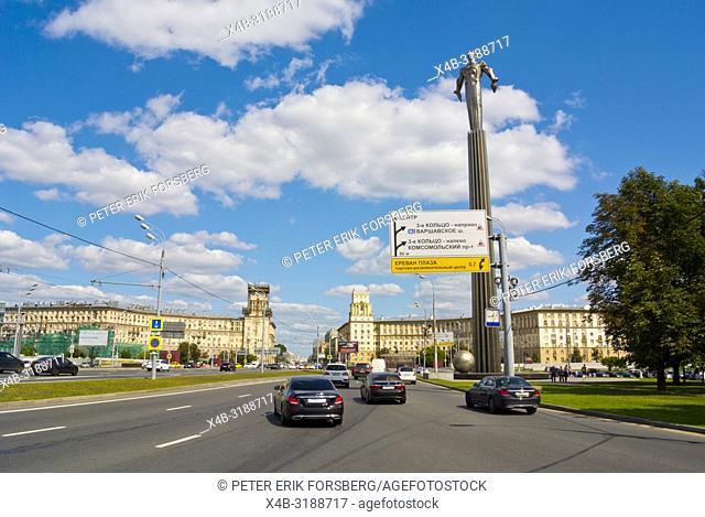 Traffic passing Monument to Yuri Gagarin, Ploshchad Gagarina, Gagarinsky district, Leninsky Prospekt, Moscow, Russia