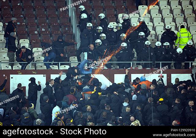 Police force Dresden fans back, rocket is shot towards home fans, riot, riots, pyrotechnics, pyro, riots, football 2nd Bundesliga, 22nd matchday, matchday22