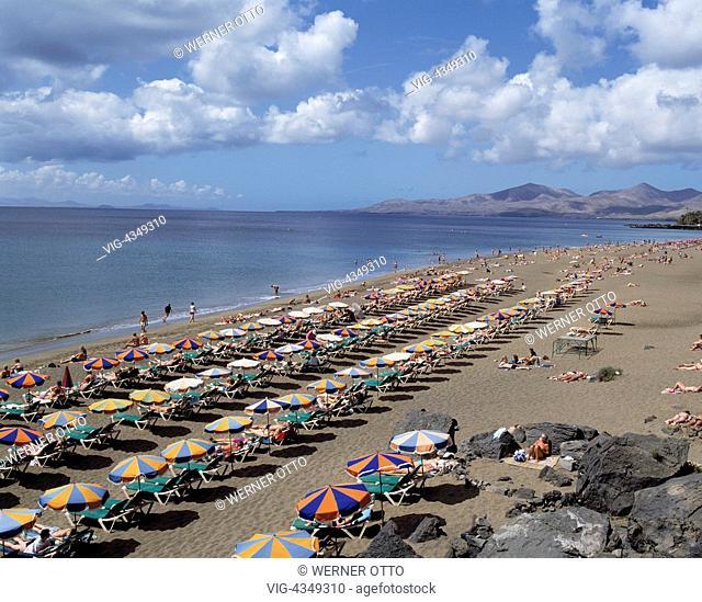 Spanien, Lanzarote, Kanarische Inseln, E-Puerto del Carmen, Playa Blanca, Badestrand, Sonnenschirme, Touristen Spain, Lanzarote, Canary Islands