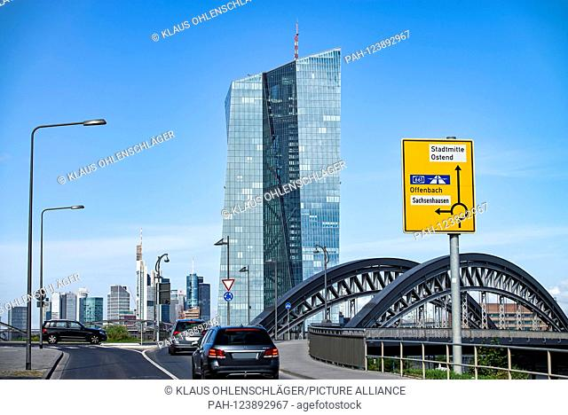 View from Osthafen to the European Central Bank (ECB) with the Honsellbrücke and the skyline of Frankfurt in the background | usage worldwide