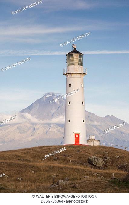 New Zealand, North Island, New Plymouth-area, Pungarehu, Cape Egmont Lighthouse and Mt. Taranaki, dusk