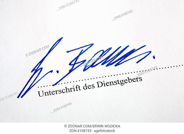Die Unterschrift wird unter einen Dienstleistungsvertrag gesetzt