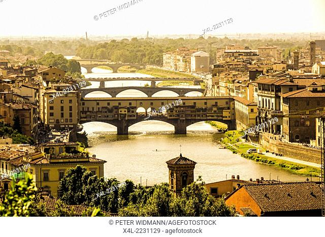 View from Piazzale Michelangolo at the old city with Ponte Vecchio, Florence, Province of Florence, Tuscany, Italy, Europe