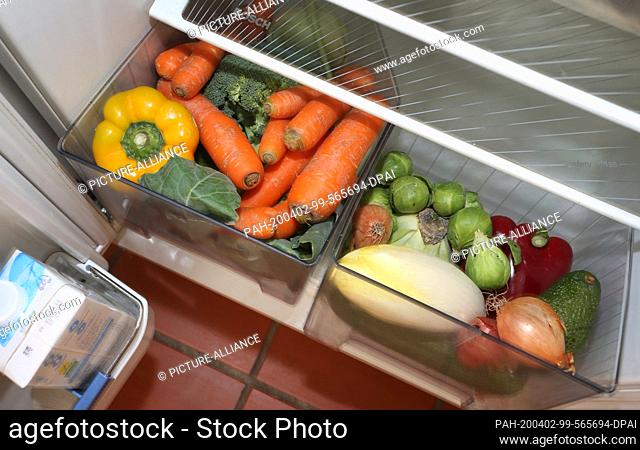 02 April 2020, Bavaria, Kaufbeuren: Various vegetables are stored in the vegetable compartments of a refrigerator. Due to a lack of harvest workers in the...