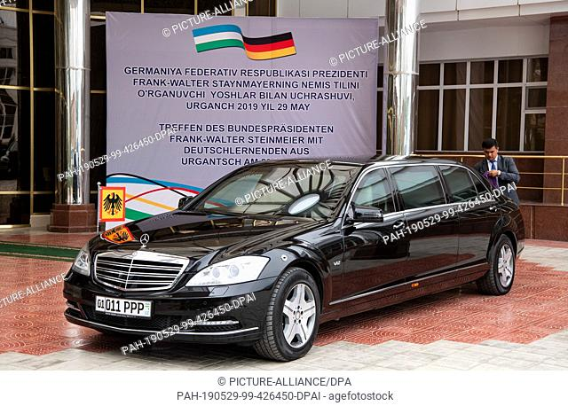 29 May 2019, Uzbekistan, Urgantsch: The limousine of Federal President Steinmeier and his wife is standing in front of the venue during a meeting with students...