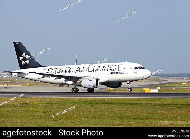 Start eines Airbus A319-114 der Gesellschaft Lufthansa (Star Alliance Livery) auf dem Flughafen Frankfurt am Main (Deutschland, FRA) am 24. April 2015