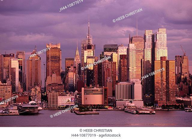 View over Hudson River to Manhattan, Chrysler Building, New York, New York, USA
