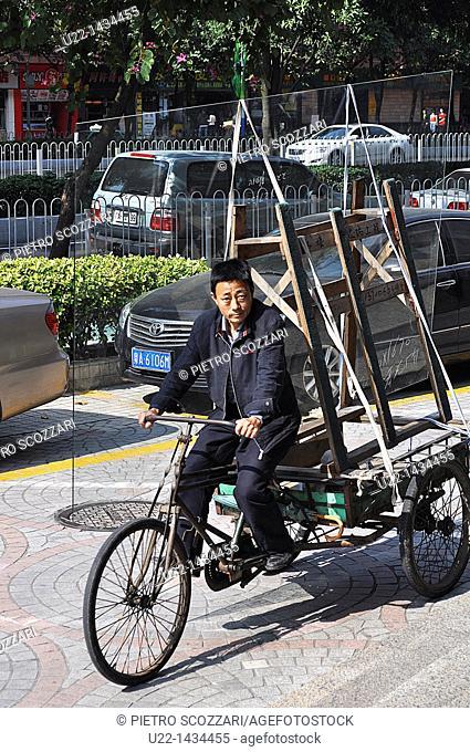 Guangzhou (China): a glass seller in Tianhe