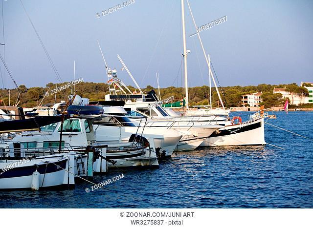 fischerboot im hafen am kai im wasser im Sommer