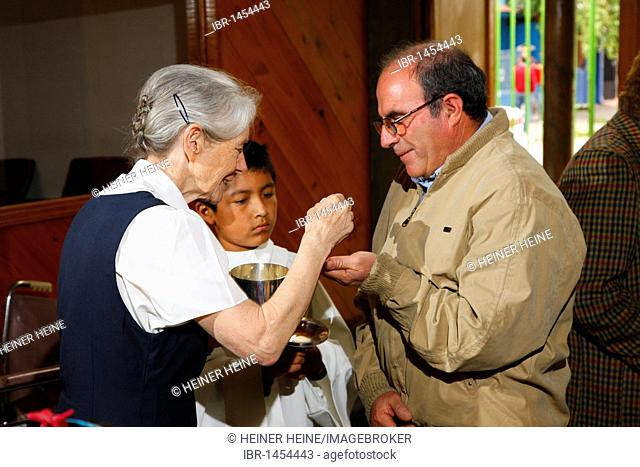 Sister Karoline Mayer, founder of the Fundación Cristo Vive, church service, communion, Santiago de Chile, Chile, South America