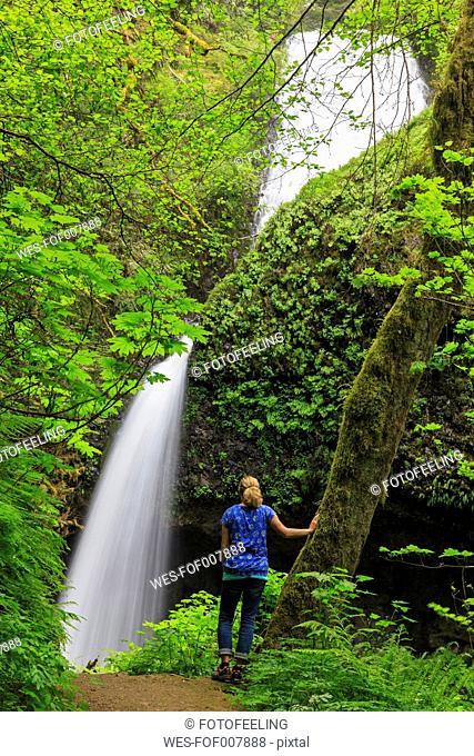 USA, Oregon, Multnomah County, Columbia River Gorge, Female tourist in front of Latourell Falls