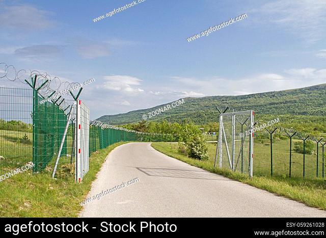 Die aktuelle Lage in Europa führte dazu dass unzählige Kilometer solcher Zäune an den Landesgrenzen zum Schutz vor illegaler Einwanderung errichtet wurden