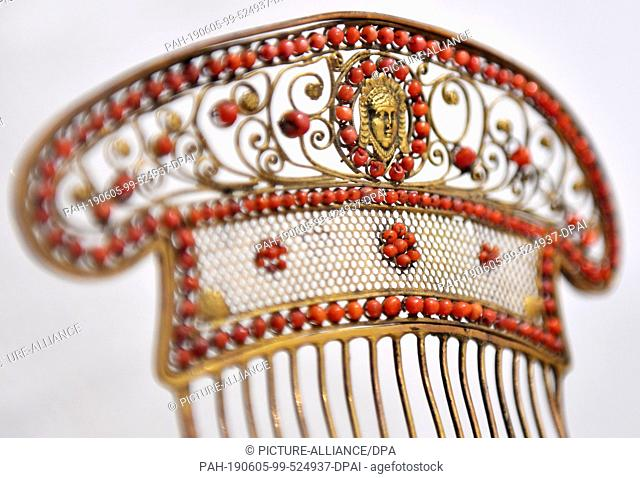 "05 June 2019, Thuringia, Weimar: A brass comb with corals (around 1810-1820) can be seen in the exhibition """"From Shirt to Hanging Dress: Ladies' Fashion..."