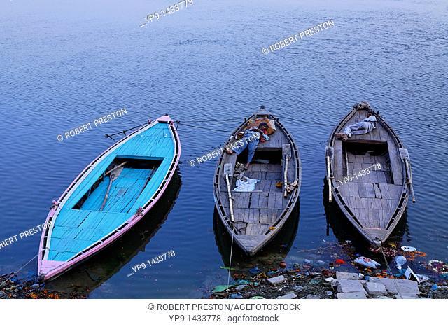 India - Uttar Pradesh - Varanasi - Rover Ganges - boats