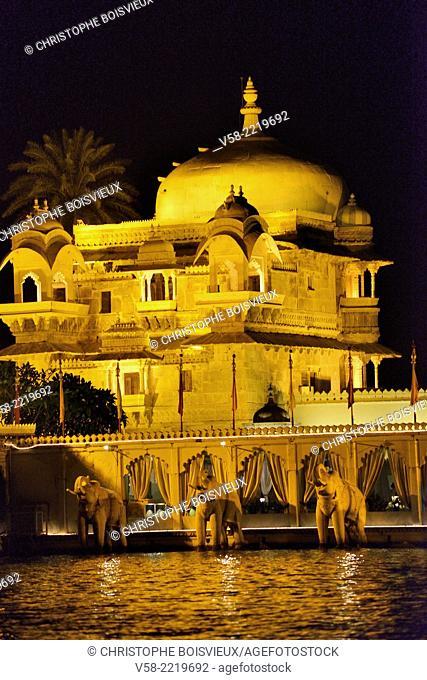 India, Rajasthan, Udaipur, Lake Pichola, Jag Mandir Palace by night