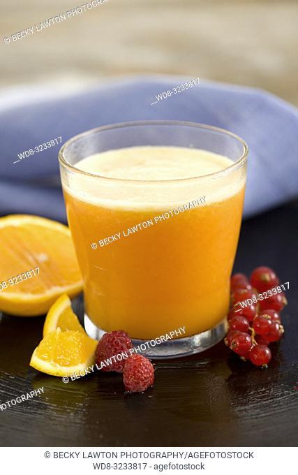 zumo de fresa, grosella, frambuesa, naranja y miel. / Strawberry, currant, raspberry, orange and honey juice