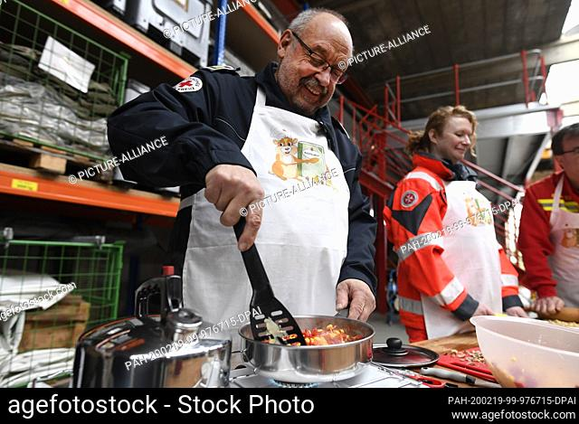 19 February 2020, North Rhine-Westphalia, Bonn: Peter Winter, German Red Cross (DRK), cooks on a gas stove. The Federal Office for Civil Protection and Disaster...
