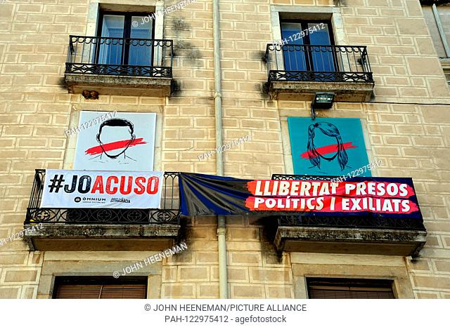 Building with Catalan flags and protest banners in favor of the Republic and the liberation of political prisoners    - May 2019 | usage worldwide