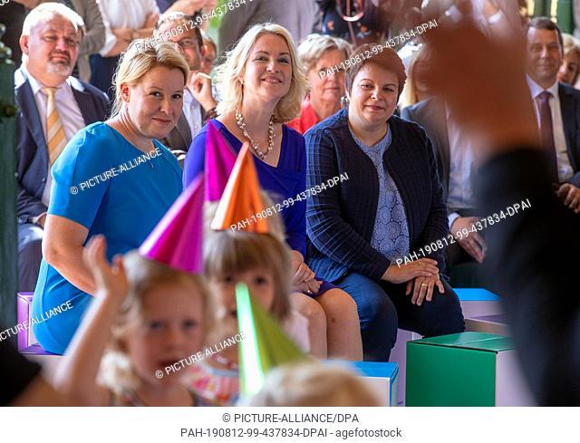 12 August 2019, Mecklenburg-Western Pomerania, Schwerin: Franziska Giffey (SPD, l), Federal Minister of Family Affairs, Manuela Schwesig (SPD, M)