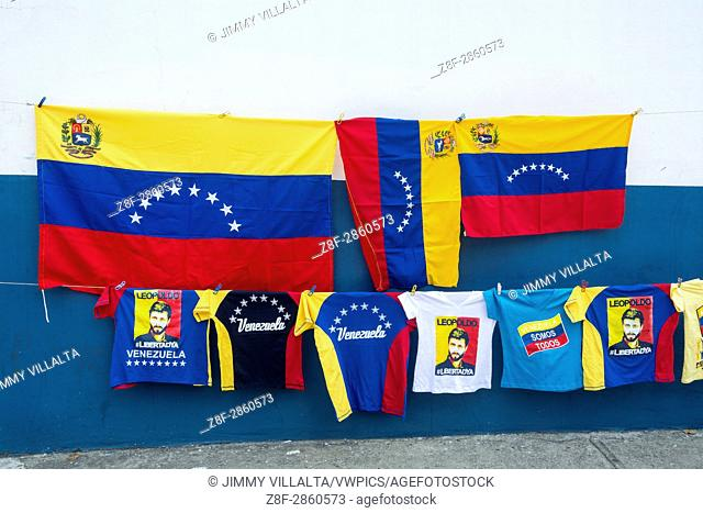 Sale of flags and flannels of Venezuela in the concentration against the government of Nicolás Maduro. Opponents march once more through the streets and...
