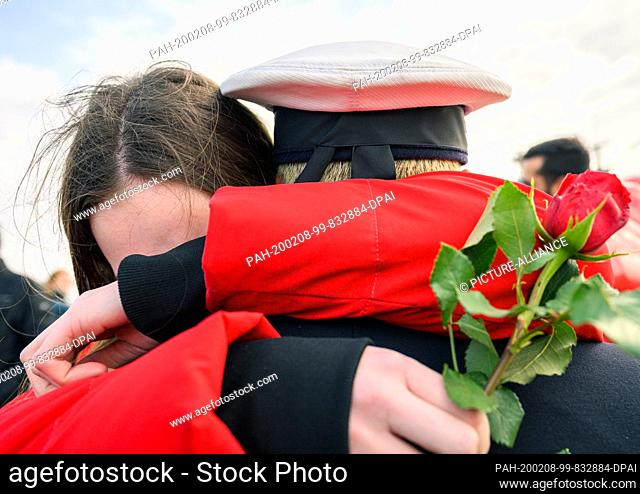 """dpatop - 08 February 2020, Lower Saxony, Wilhelmshaven: A young woman embraces as a greeting a marine who was on duty with the frigate """"""""Hamburg"""""""" and has..."""