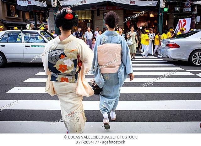 Geisha and 'maiko' (geisha apprentice) in Shijo dori street.geisha's distric of Gion,