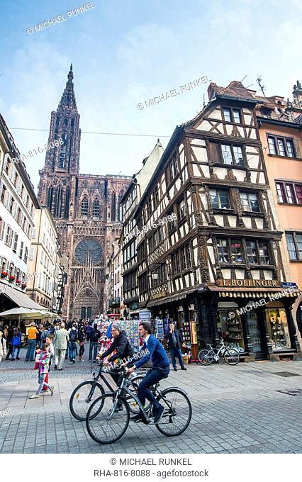 Rue Merciere, Strasbourg Cathedral, UNESCO World Heritage Site, Strasbourg, Alsace, France, Europe