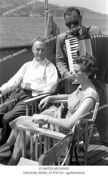 Griechenland, Greece - Ein Mann und eine Frau werden an Bord ihre Kreuzfahrtschiffes vom Musikanten unterhalten, Griechenland 1950er Jahre