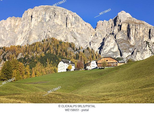 Traditional houses below the Sass da Ciampac, Puez group, Colfosco / Calfosch, Gadertal, Alta Badia, Dolomites, South Tyrol, Italy