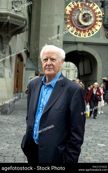 John le Carré stands in front of the Zytglogge (clock tower) in Bern (photo from 09/30/2010). The spy novel writer John le Carré (79) sees Russia again as a...