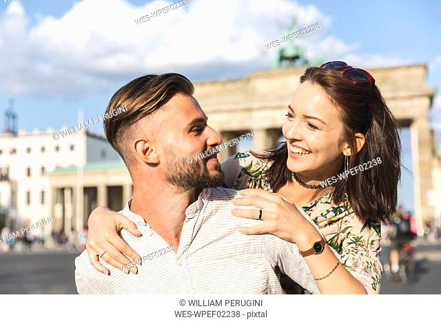 Happy young couple in front of Brandenburger Tor, Berlin, Germany