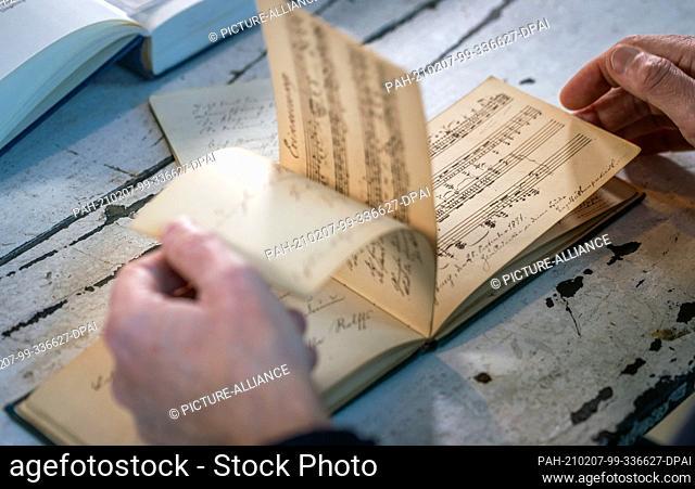 "03 February 2021, Mecklenburg-Western Pomerania, Heringsdorf: The former """"Bild"""" editor-in-chief Diekmann leafs through a poetry album that belonged to the..."